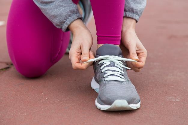 Zbliżenie: biegacz wiązanie koronki buta sportowego