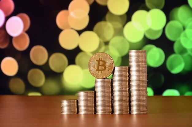 Zbliżenie bitcoin cyfrowej waluty i monet stosy pieniędzy
