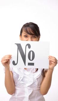 Zbliżenie. biznes kobieta pokazano plakat z numerem słowa. na białym tle