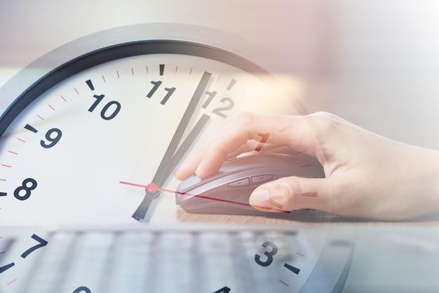 Zbliżenie biznes kobieta pracuje z laptopem nakładka z popołudniową przerwą na lunch razy zegar dla biura godzin pracy koncepcji