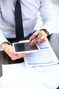 Zbliżenie: biznesmen analizujący wykres na cyfrowym tablecie