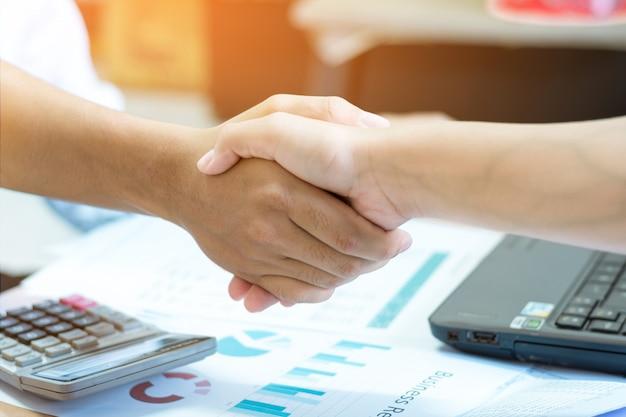 Zbliżenie biznesmen co uścisk dłoni.