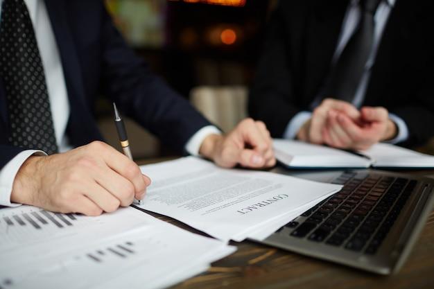 Zbliżenie biznesmen czytanie umowy