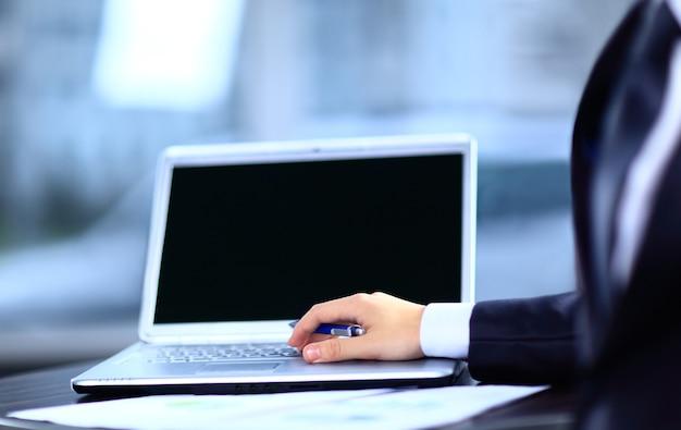 Zbliżenie biznesmen pisania na komputerze przenośnym