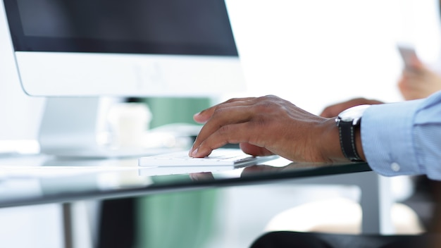 Zbliżenie. biznesmen pracujący na komputerze. zdjęcie z miejsca na kopię. ludzie i technologia
