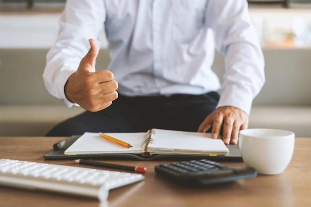 Zbliżenie biznesmen pracuje w biurze