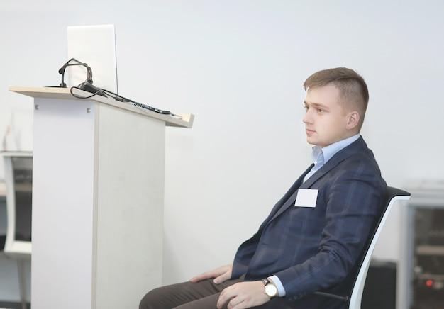 Zbliżenie.biznesmen przed seminarium.zdjęcie z miejscem na kopię