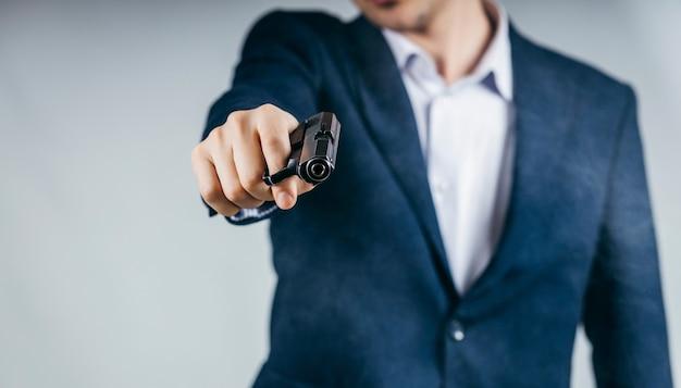 Zbliżenie biznesmen trzyma broń