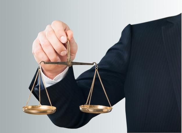 Zbliżenie biznesmen trzymający wagę w ręku
