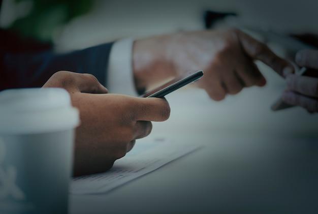 Zbliżenie biznesmeni używa telefon komórkowego
