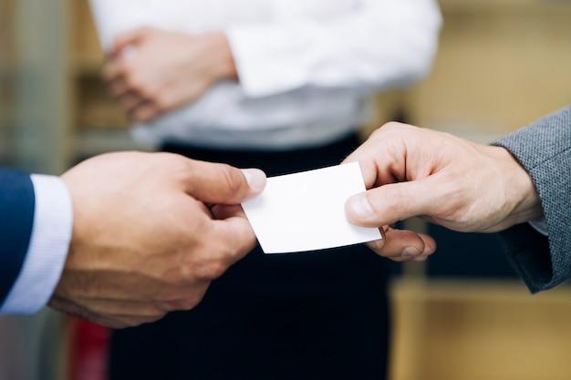 Zbliżenie biznesmeni wymienia wizytówkę