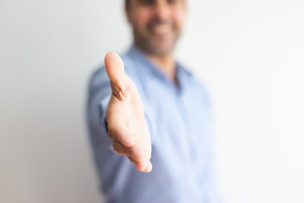 Zbliżenie biznesowego mężczyzna ofiary ręka dla uścisku dłoni