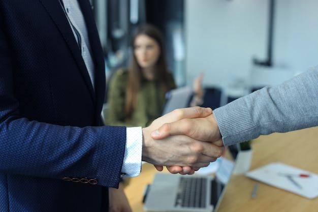 Zbliżenie biznesowego potrząsania ręką między dwoma kolegami