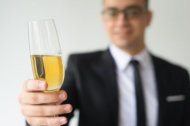 Zbliżenie biznesowy mężczyzna wznosi toast