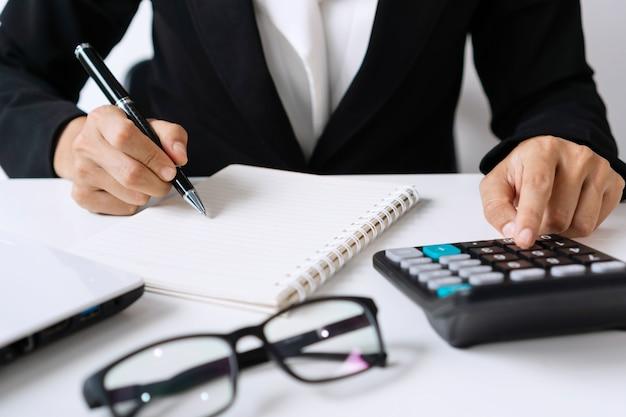 Zbliżenie bizneswoman pracuje w biurze. pomysł na biznes.