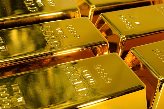Zbliżenie błyszczący sztabka złota 1 kg na białym tle