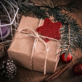 Zbliżenie .box z prezentem na boże narodzenie tle. styl retro