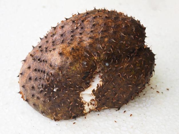 Zbliżenie. brązowy zgniły owoc soursop