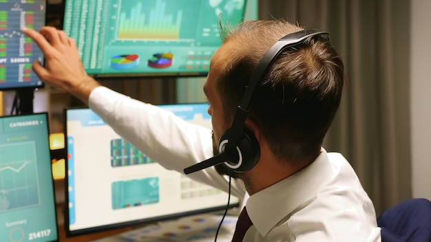 Zbliżenie brokera rozmawiającego z klientami o krachu na giełdzie. ekonomia upada.