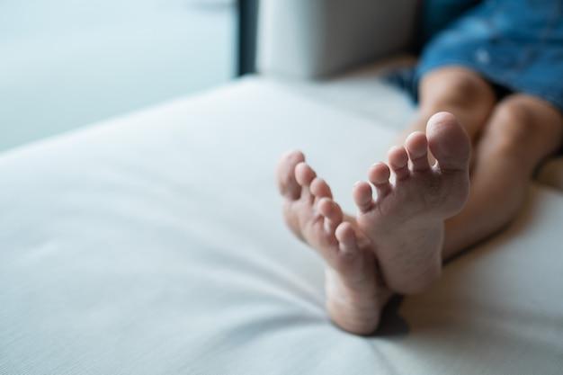 Zbliżenie brudne stopy na podłodze