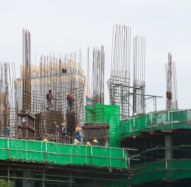 Zbliżenie budowa z żurawiem i budynkiem