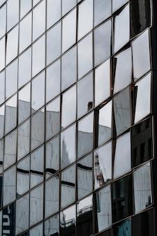 Zbliżenie budynków biurowych o nowoczesnej architekturze
