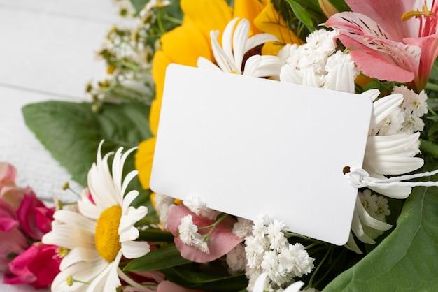 Zbliżenie bukiet kwiatów z tagiem