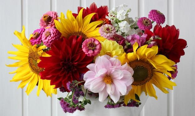 Zbliżenie bukietu jako tło kwiatowe słoneczniki dalie i inne kwiaty ogrodowe