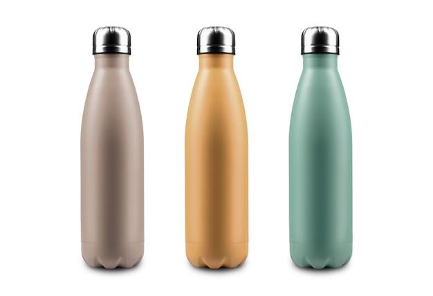 Zbliżenie: butelka wody termos ze stali wielokrotnego użytku na białym tle