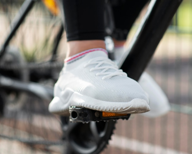 Zbliżenie butów i pedałów rowerowych