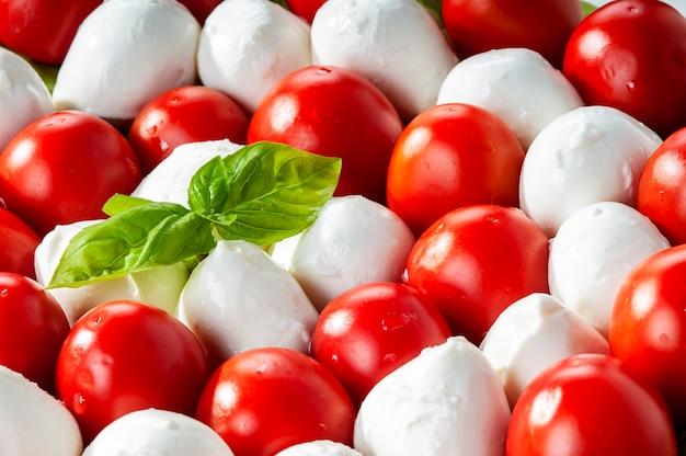 Zbliżenie caprese salad.mediterranean sałatka. mozzarella pomidorki koktajlowe bazylia iikuchnia włoska.