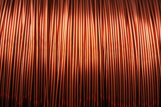 Zbliżenie cewki z czerwonego drutu miedzianego