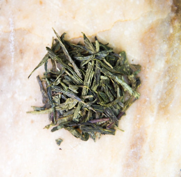 Zbliżenie chińskiej zielonej herbaty liściastej