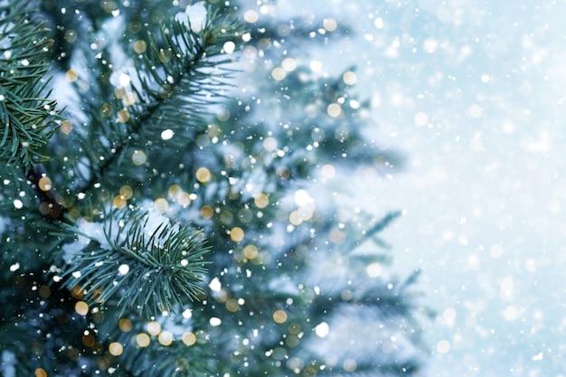 Zbliżenie choinki światłem, płatek śniegu. boże narodzenie i nowy rok tło wakacje. vintage odcień koloru.