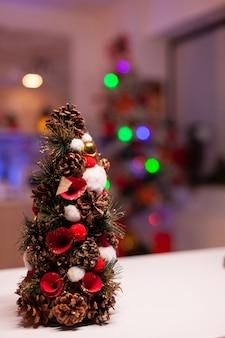Zbliżenie choinki w świątecznej kuchni zorganizowanej na zimę