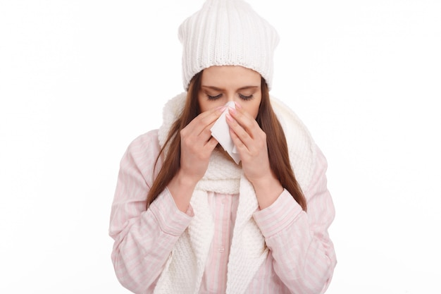 Zbliżenie chorej kobiety z chusteczką