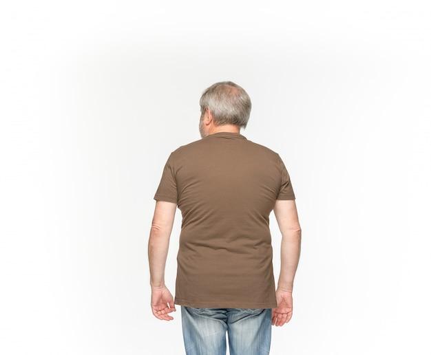 Zbliżenie ciała starszego mężczyzny w pusty brązowy t-shirt na białym tle.