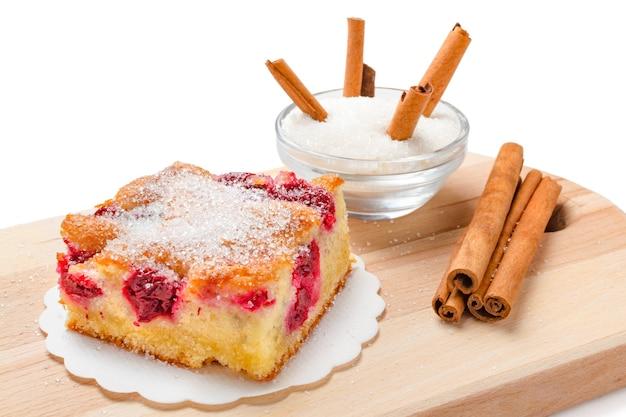 Zbliżenie ciasta wiśniowego z cukrem i cynamonem