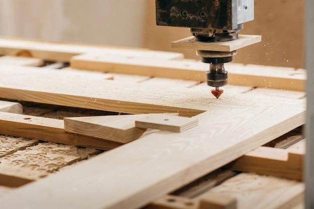 Zbliżenie cięcia drewna na frezarce cnc w garażu