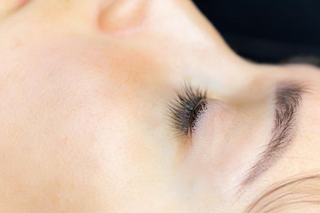 Zbliżenie cieniowania tatuażu na powiekach makijażu permanentnego