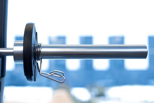 Zbliżenie ciężaru talerz załatwiający na barbell w gym