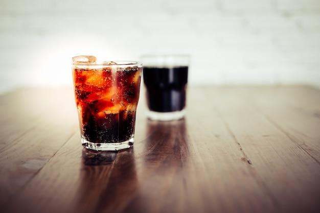 Zbliżenie cola lub napój w szklance z lodami
