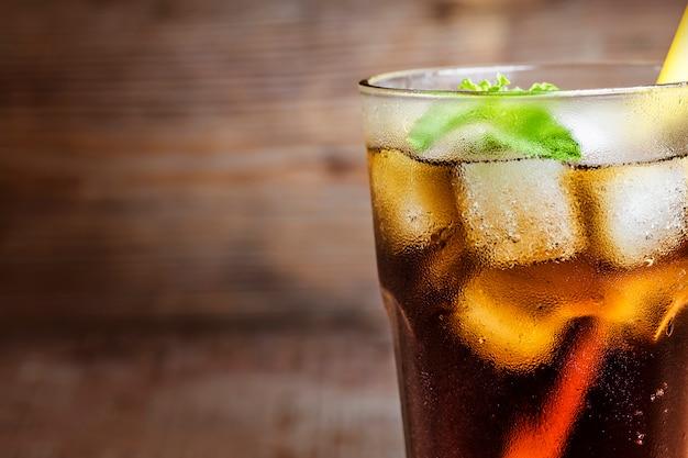Zbliżenie cola z słomy