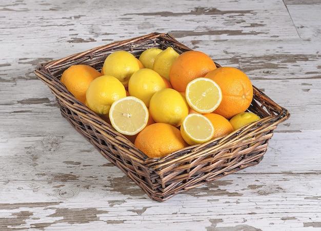 Zbliżenie cytryny i pomarańczy w koszu