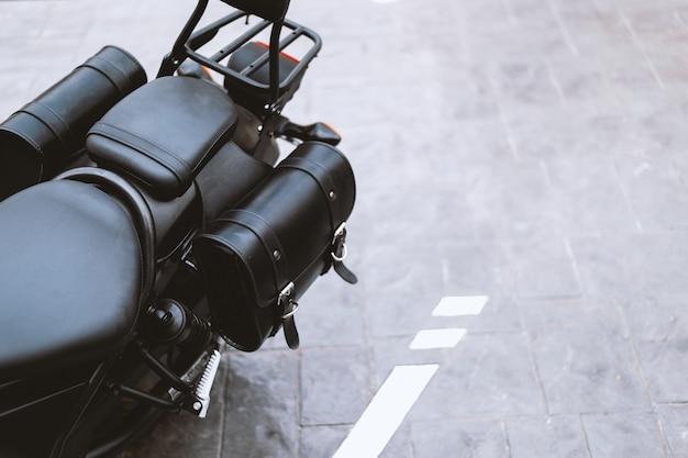 Zbliżenie czarna rzemienna torba w motocyklu objeżdżać