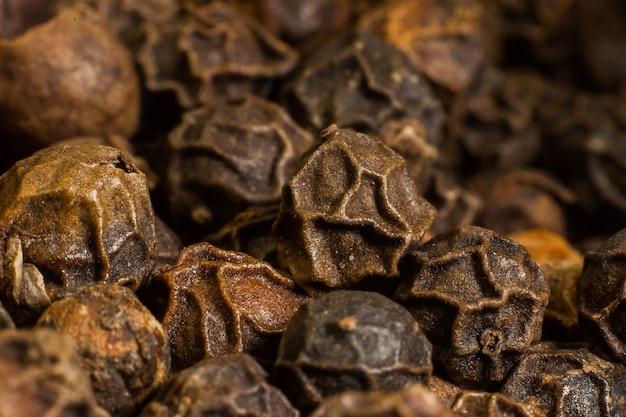 Zbliżenie czarnego i czerwonego pieprzu przyprawy makro do gotowania potraw
