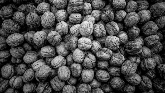 Zbliżenie czarno-biała tekstura surowych orzechów włoskich w łupinach