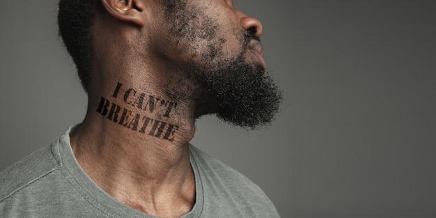 Zbliżenie czarny człowiek zmęczony dyskryminacją rasową wytatuował hasło czarne życie ma znaczenie