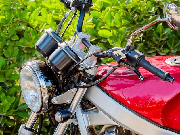 Zbliżenie czerwonego motocykla