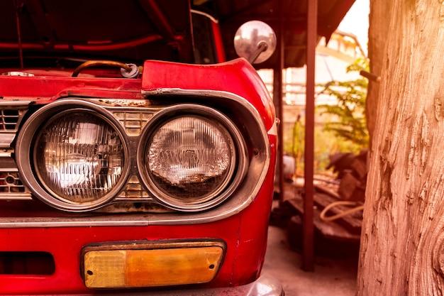 Zbliżenie czerwonego samochodu w stylu retro